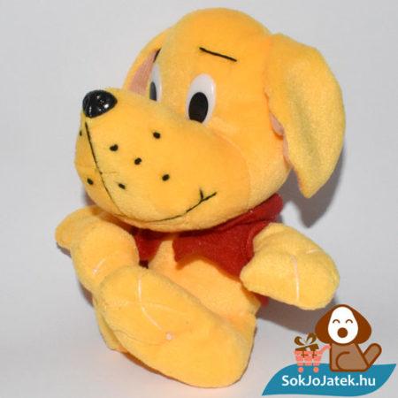 Narancs színű plüss kutyus piros pólóban balról