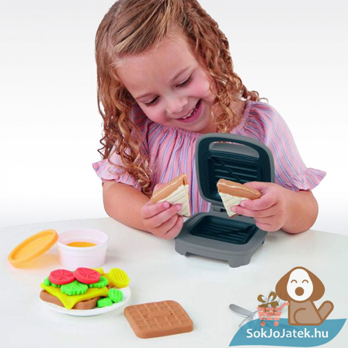 Play-Doh: Szendvicssütő szett gyurmával, játék közben