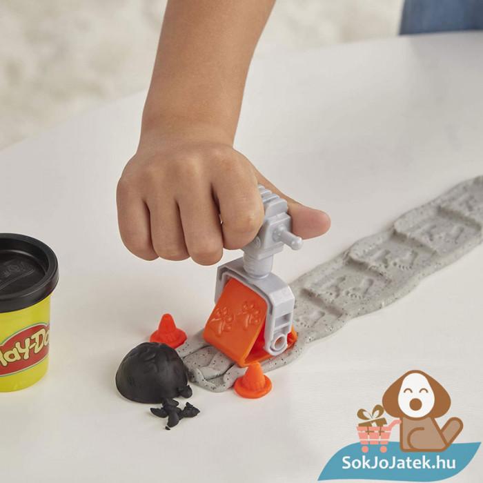 Play-Doh: Betonkeverő autó gyurma készlet, játék közben