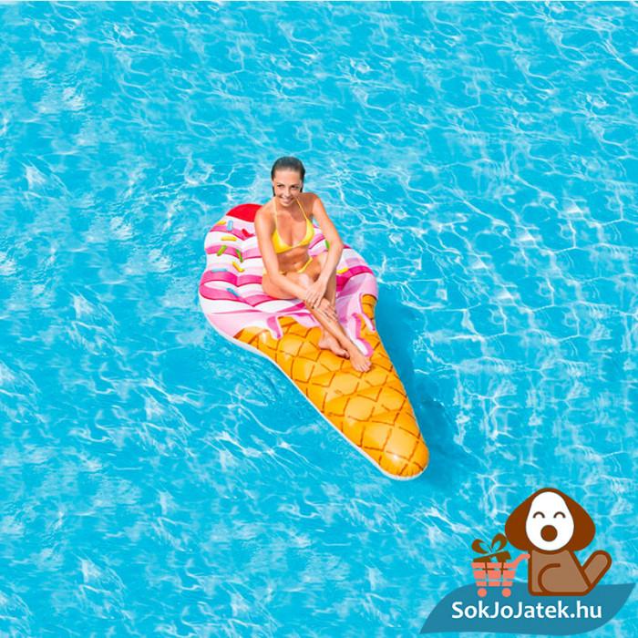 Intex 58762: Tölcséres felfújható fagyi alakú strand matrac a vízen