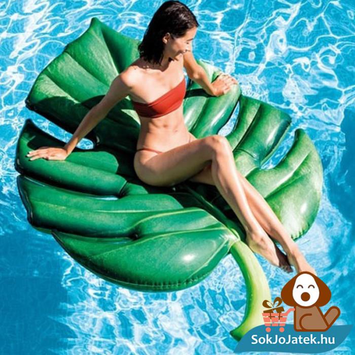 213x142 centiméteres pálmalevél formájú felfújható gumimatrac a vizen