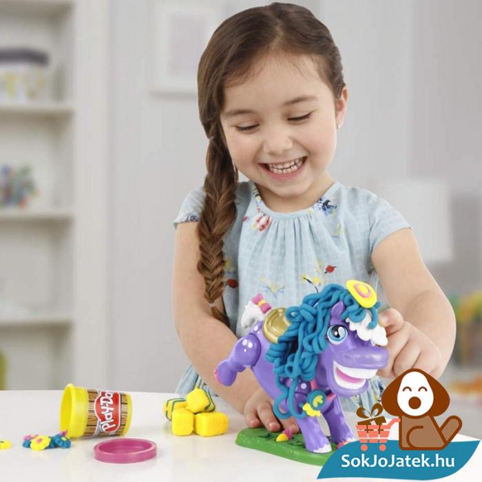Hasbro, Play-Doh Play-Doh Animal Crew - Naybelle, a rodeó póni gyurmaszett játék közben lányoknak
