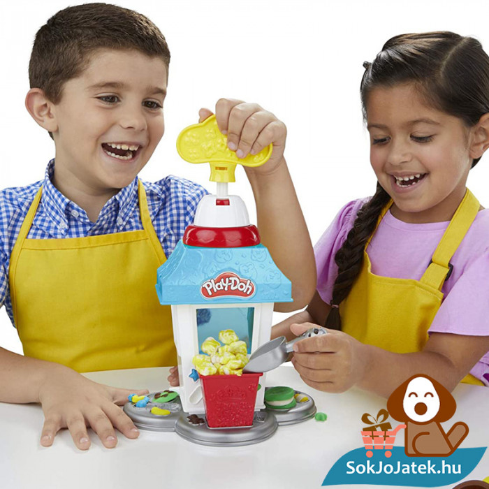 Hasbro Play-Doh gyurma popcorn készítő party szett játék közben