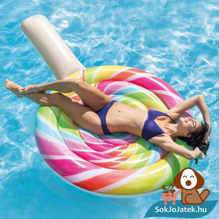 Intex 58753: Nyalóka formájú felfújható strand matrac a vízen