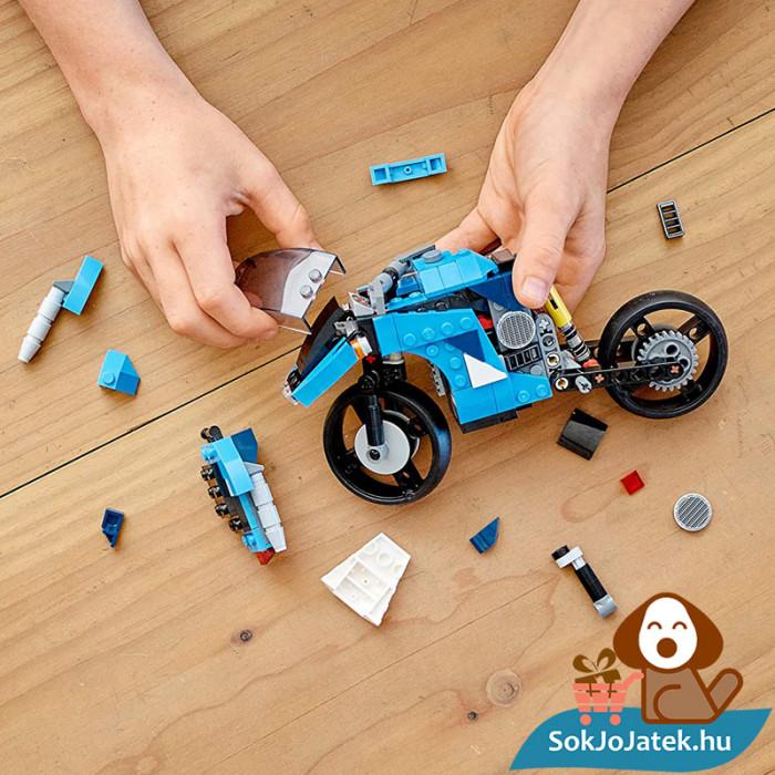 Lego Creators 31114 Szupermotor építés közben