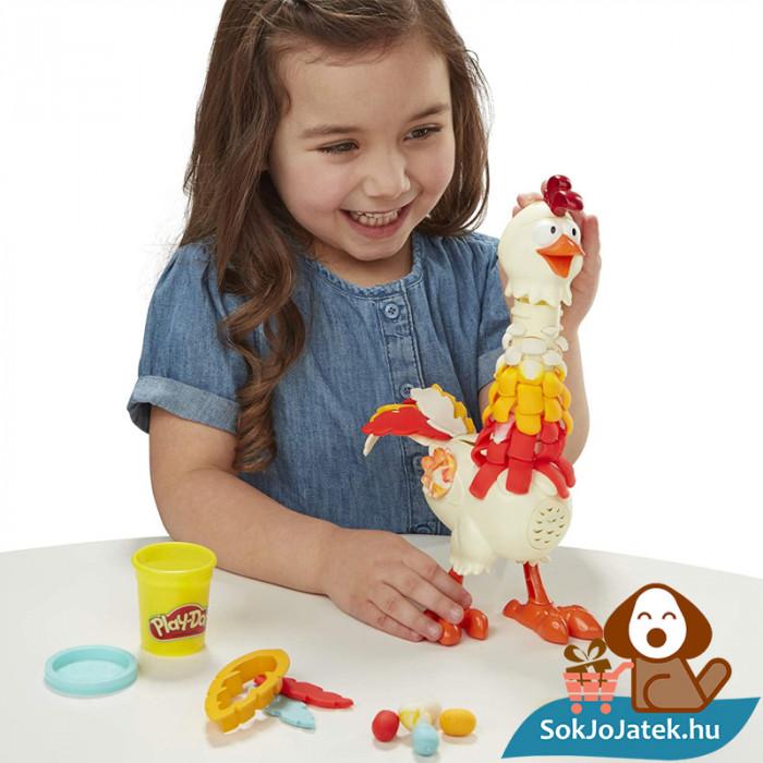 Play-Doh Animal Crew: Cluck a dee - színes csirke gyurma szett játék közben az asztalon