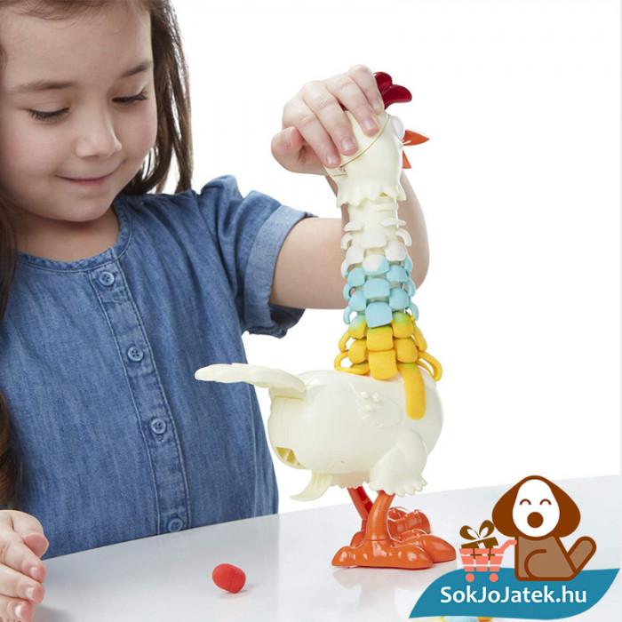 Play-Doh Animal Crew: Cluck a dee - színes csirke gyurma szett játék közben az asztalon 2