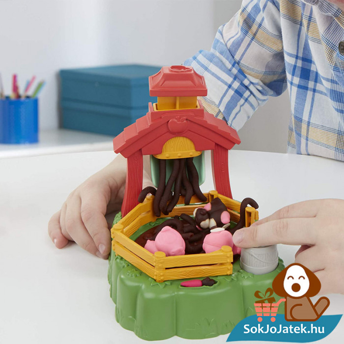 Play-Doh Animal Crew: Malac család - színes malacos gyurma szett játék közben közelről