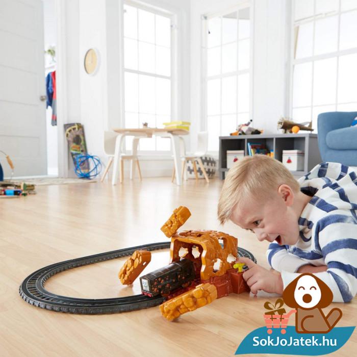 Thomas Trackmaster bányaomlás vonat pálya szett játék közben. Fisher-Price 1538694